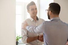 Wdzięczny szefa handshaking pracownika gratulowanie z akcydensowym promo zdjęcia royalty free