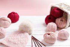 Wełny przędza w zwitkach z ciepłym trykotowym kapeluszem Fotografia Stock