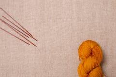 Wełny przędzy kolor miodowa musztarda z drewnianymi dziewiarskimi igłami Fotografia Royalty Free