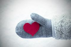 Wełny rękawiczka Z Czerwonym sercem, Śnieżny tło obraz stock