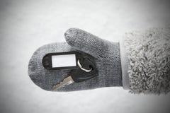 Wełny rękawiczka Z samochodu kluczem, śnieg obrazy stock
