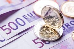 几500枚欧洲钞票和硬币是毗邻的 wealt的符号照片 平衡在堆的欧洲硬币有bankno背景  免版税库存图片