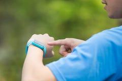 Wearable slimme horloge van de mensenslijtage royalty-vrije stock afbeelding