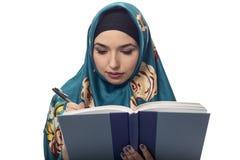 Wearing femenino autor un Hijab fotos de archivo