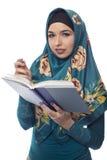 Wearing femminile autore un Hijab Fotografie Stock Libere da Diritti