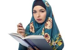 Wearing femminile autore un Hijab Immagine Stock