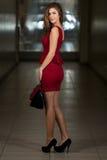 Wearing Red Dress modelo y zapatos negros del tacón alto Fotos de archivo
