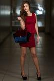 Wearing Red Dress modelo y zapatos negros del tacón alto Fotos de archivo libres de regalías
