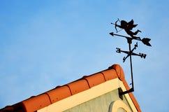 Weathercock купидона на крыше стоковые фото