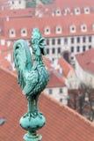 Weathercock de bronze no telhado da catedral do vitus do st Fotos de Stock Royalty Free