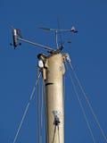 Weathercocks auf eine Oberseite des Mastes Lizenzfreie Stockfotografie