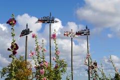 Weathercocks e flores imagem de stock royalty free