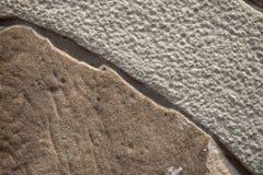 Weathered擦亮了石表面,顶视图照片 自然石头破裂的概略的纹理  免版税库存图片
