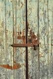 Weathered绘了双重木门有门闩和挂锁背景 库存图片