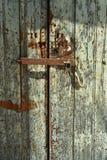 Weathered绘了双重木门有门闩和挂锁背景 免版税图库摄影
