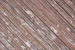 Weathered треснул деревянную стену стелюги с краской шелушения стоковое изображение