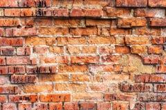 Weathered befleckte alte orange Backsteinmauer, Beschaffenheitsschmutzhintergrund Stockfoto