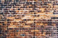 Weathered befleckte alte orange Backsteinmauer, Beschaffenheitsschmutzhintergrund Stockfotografie