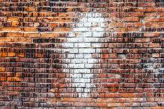 Weathered befleckte alte orange Backsteinmauer, Beschaffenheitsschmutzhintergrund Lizenzfreie Stockbilder