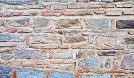 Weathered befleckte alte Steinbacksteinmauer Stockbilder