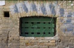 Weathered befleckte gebrochene Backsteinmauer Stockfotos