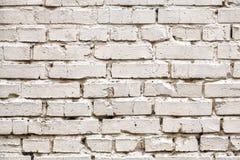 Weathered befleckte weiße Backsteinmauer, Beschaffenheitsschmutzhintergrund Lizenzfreie Stockfotos