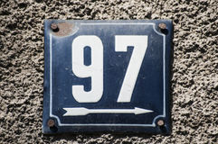Weathered esmaltou a placa número 97 Fotos de Stock Royalty Free