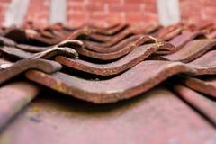 Weathered taklägger belägger med tegel Royaltyfri Fotografi