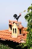Weathervane del gallo en el tejado Imagen de archivo libre de regalías