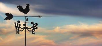 Weathervane gegen cloudscape Lizenzfreie Stockfotos