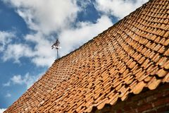 Weathervane na starym domu dachu Zdjęcie Stock