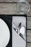 weave вектора плиток скатерти ложки силуэтов установки ресторана имеющейся плиты места меню ножа холстинки вилки еды конструкции  Стоковое Изображение RF