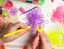 Weave девушек рук резины Стоковая Фотография