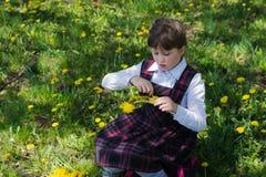 Weave девушки венок одуванчиков Стоковое фото RF