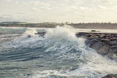 Weaves brechend auf dem Wellenbrecher Lizenzfreie Stockfotografie