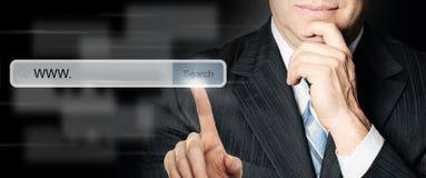 Web browser tocante do homem de negócios fotografia de stock