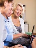 Web browsering de femme agée heureuse Images stock
