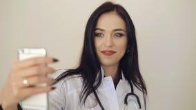 Web consideravelmente fêmea do doutor que consulta com o paciente 4K vídeos de arquivo