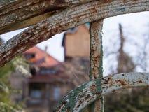 Web de araña delante de una casa de cazadores vieja, Jelenia Gora, Polonia Imagen de archivo