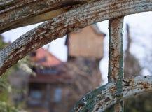 Web de araña delante de una casa de cazadores vieja, Jelenia Gora, Polonia Fotos de archivo libres de regalías