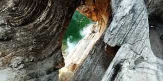 Web de aranha entre as rochas ou a montanha imagem de stock royalty free