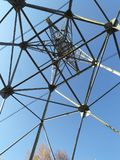 Web del metallo su cielo blu fotografie stock