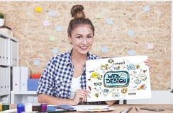 Web design de enseignement de femme gaie Photos stock