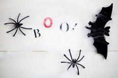 Web dos símbolos de Dia das Bruxas e aranhas pretas no fundo de madeira Imagens de Stock