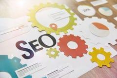 Web e projeto e desenvolvimento do app, SEO, mercado do Internet e soluções sociais dos meios imagens de stock