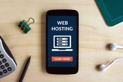 Web hosting pojęcie na mądrze telefonu ekranie na drewnianym biurku Zdjęcie Stock