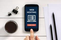 Web hosting pojęcie na mądrze telefonu ekranie z biurowymi przedmiotami Zdjęcie Stock