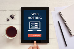 Web hosting pojęcie na pastylka ekranie z biurowymi przedmiotami Obrazy Stock