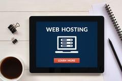 Web hosting pojęcie na pastylka ekranie z biurowymi przedmiotami Zdjęcia Stock