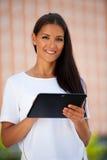 Web que practica surf joven hermoso de la mujer de negocios en una tableta i al aire libre Fotografía de archivo libre de regalías